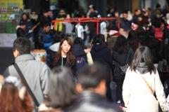 Une coreenne dans la foule a Myeongdong
