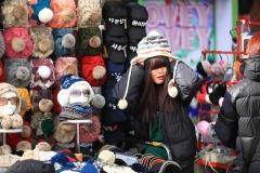 Une vendeuse de bonnets a Myeongdong