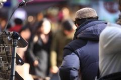 Un vendeur regarde la foule a Myeondong