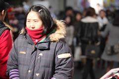 Une vendeuse dans le froid a Myeongdong