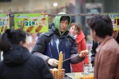 Un vendeur de pomme de terre grilles a Myeongdong